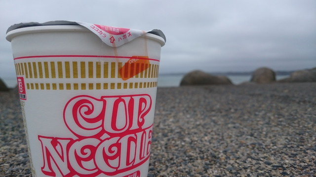 海で食べるカップラーメン
